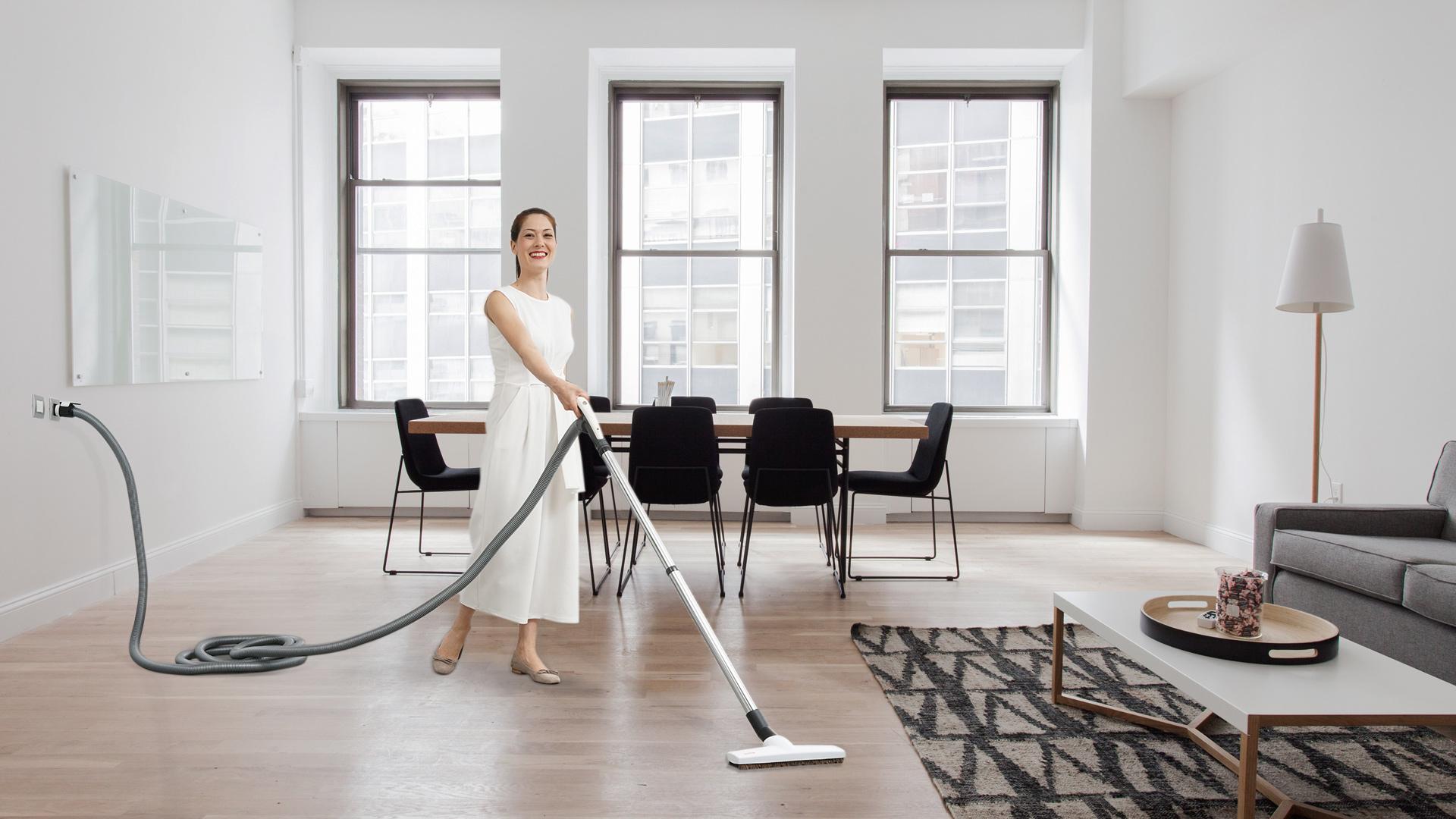 ragazza che pulisce casa con aspirapolvere Sistem Air
