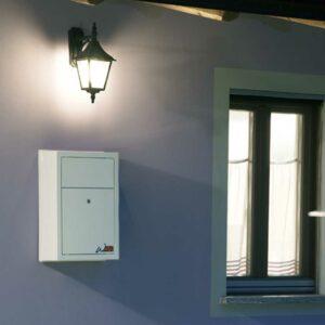 wolly installato su muro esterno di una casa